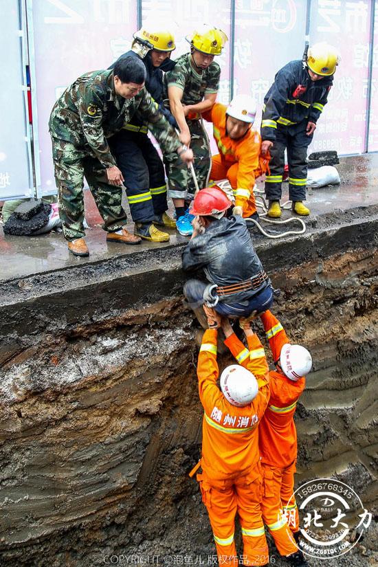 """随州消防战士徒手营救被困人员 被赞""""刨土哥"""""""
